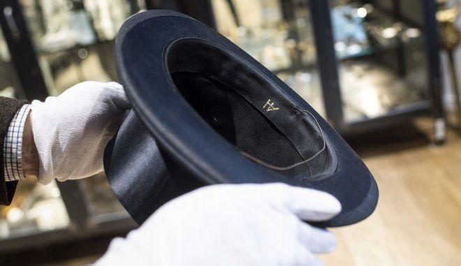 Το καπέλο του Χίτλερ που αγοράστηκε σε δημοπρασία από τον Λιβανέζο επιχειρηματία