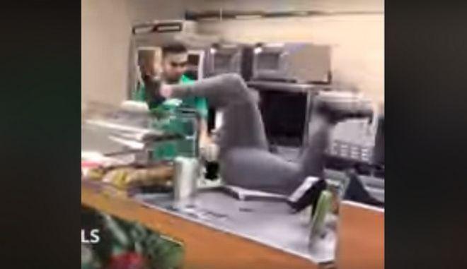 Η φάρσα με το φίδι είναι το πιο απολαυστικό (και κάφρικο) βίντεο της ημέρας