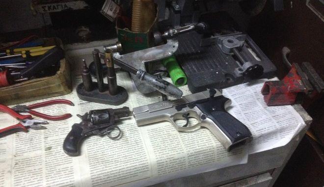 Ολόκληρα οπλοστάσια βρέθηκαν σε δύο παράνομα εργαστήρια στην Πάτρα