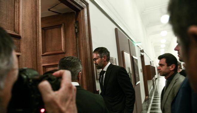 Ο Κωνσταντίνος Φρουζής εισέρχεται στην αίθουσα όπου συνεδριάζει η Προκαταρκτική Επιτροπή της Βουλής