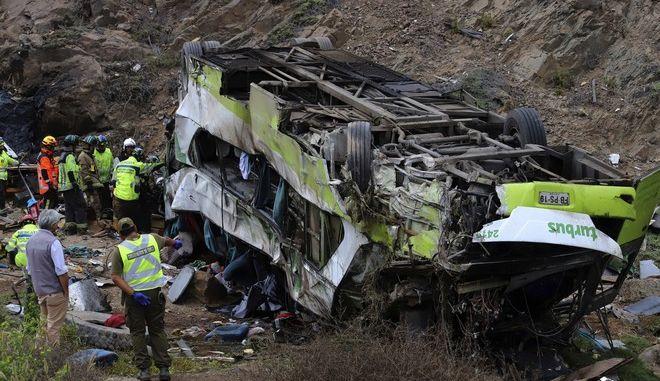 Διασώστες και αστυνομικοί στο σημείο όπου σημειώθηκε το τροχαίο με το λεωφορείο στη Χιλή