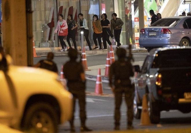Άνθρωποι τρέχουν έξω από το εμπορικό κέντρο που δέχτηκε επίθεση από στρατιώτη