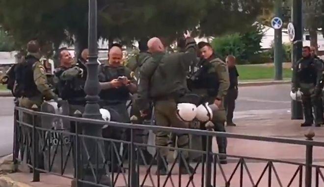 Άνδρες της αστυνομίας χωρίς μέτρα προστασίας
