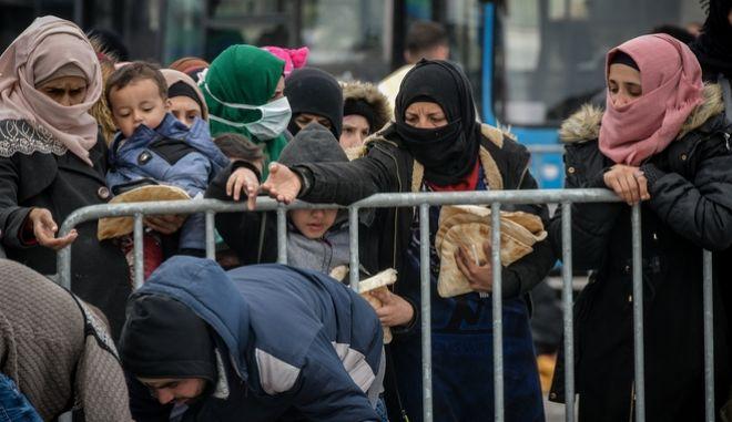 Πρόσφυγες στο λιμάνι της Λέσβου