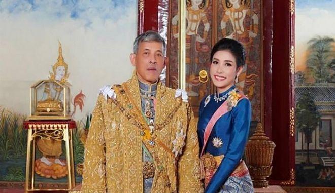 Εικόνα του Αυγούστου του 2019 με τον βασιλιά της Ταϊλάνδης και την βασιλική σύντροφο