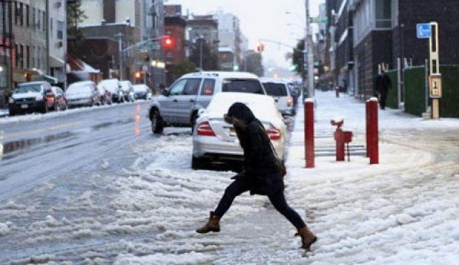 Μεγάλα προβλήματα από το χιόνι αλλά και τις μετακινήσεις στις ΗΠΑ