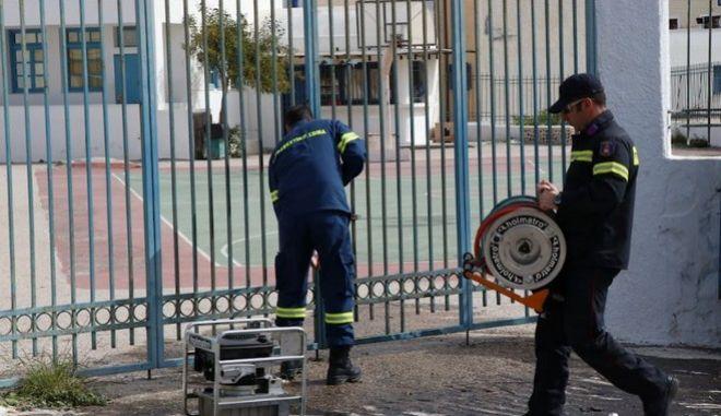 Πυροσβέστες επιχειρούν να ανοίξουν την οξυγονοκολλημένη πόρτα