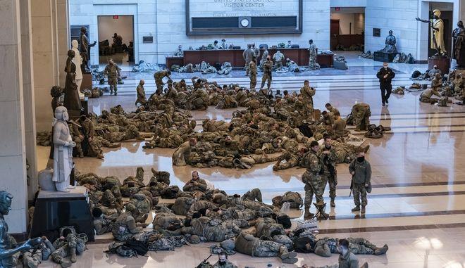 """ΗΠΑ: Πρωτοφανείς εικόνες στο Καπιτώλιο - Άνδρες της Εθνοφρουράς το έκαναν """"στρατώνα"""""""