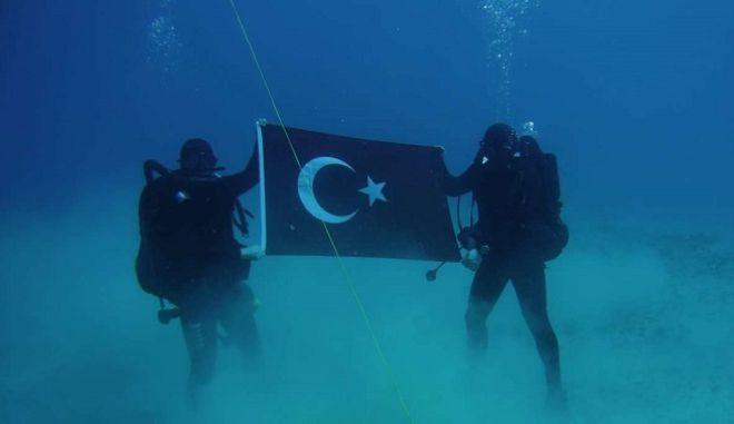 """Εντοπίστηκαν οι Τούρκοι με τη σημαία στη """"Σούδα"""" - Αλλοίωσαν και το όνομα της Κυπριακής Δημοκρατίας"""