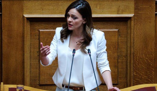 Η υπουργός Εργασίας, Έφη Αχτσιόγλου, στο βήμα της Βουλής