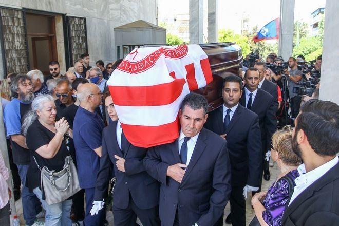 Καρέ από την κηδεία του Νίκου Αλέφαντου
