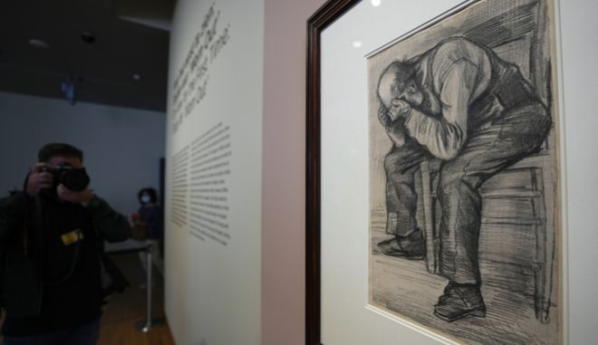 Ο πίνακας του Βίνσεντ Βαν Γκογκ, με τον ηλικιωμένο άνδρα, που παρουσιάστηκε για πρώτη φορά σε έκθεση μουσείου στο Άμστερνταμ, στις 16/09/2021.