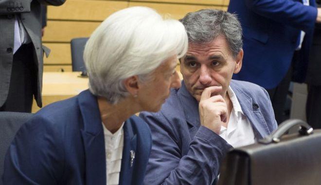 Βόμβα ΔΝΤ: Νωρίτερα οι περικοπές, αργότερα τα αντίμετρα