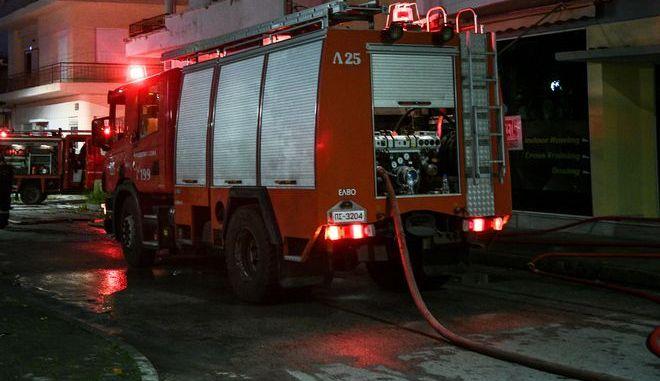 Πυροσβεστικές δυνάμεις σε φωτιά σε διαμέρισμα - Φωτό αρχείου