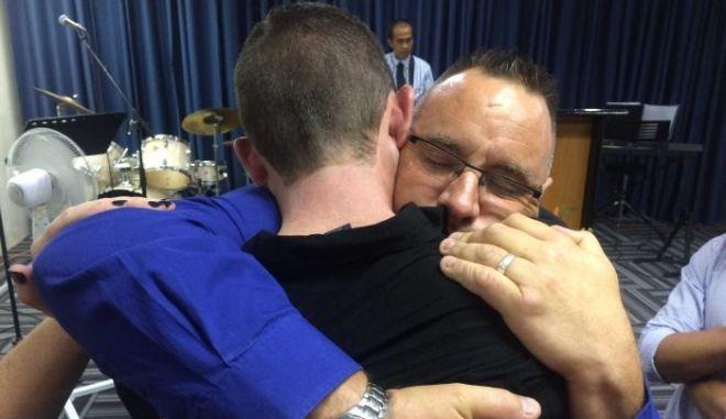 Πατέρας αγκαλιάζει τον οδηγό, που παρέσυρε και σκότωσε τον 9χρονο γιο του