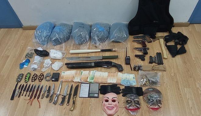 Μίνι οπλοστάσιο είχαν διακινητές ναρκωτικών που συνελήφθησαν στον Πειραιά