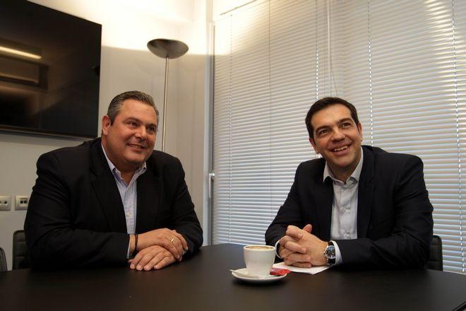 Ο πρόεδρος του ΣΥΡΙΖΑ Αλέξης Τσίπρας (Δ)  συνομιλεί με τον πρόεδρο των ΑΝΕΛ Πάνο Καμμένο (Α) στα γραφεία του ΣΥΡΙΖΑ, Αθήνα, Δευτέρα 26 Ιανουαρίου 2015. Η συνάντηση των δύο προέδρων έγινε με σκοπό την συμφωνία για την συγκρότηση του νέου κυβερνητικού σχήματος.  (EUROKINISSI/POOL ΑΠΕ ΜΠΕ/ΣΥΜΕΛΑ ΠΑΝΤΖΑΡΤΖΗ)