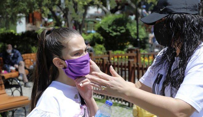 Παιδί με μάσκα κατά του κορονοϊού