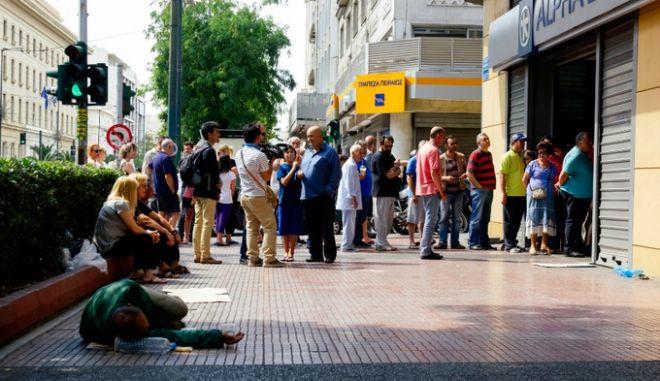 Ραντεβού την Παρασκευή για τις εβδομαδιαίες αναλήψεις σε τράπεζες. Οδηγίες προς τους καταθέτες