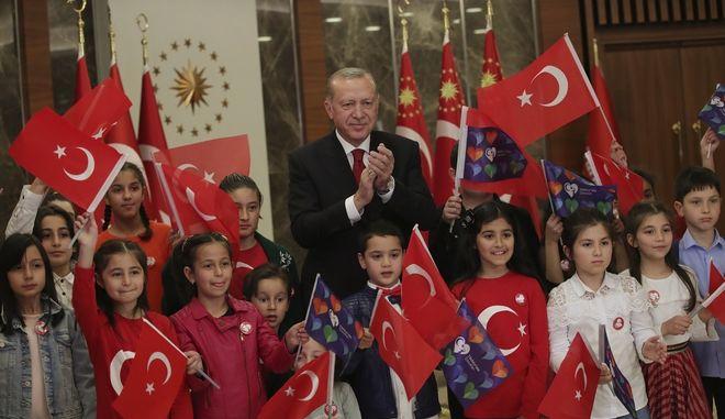 Ο Τουρκος προεδρος και τα παιδάκια χωρίς μασκες.