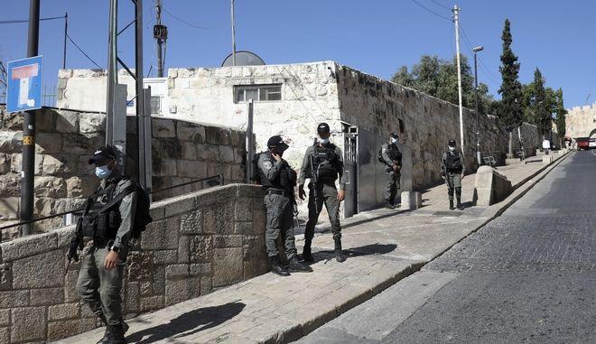 Αστυνομικοί του Ισραήλ περιφρουρούν την Παλιά Πόλη της Ιερουσαλήμ