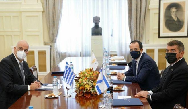 """Δένδιας στην τριμερή με Κύπρο-Ισραήλ: """"Έτοιμοι να δώσουμε κοινές απαντήσεις στην τουρκική προκλητικότητα"""""""