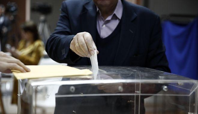 Ψηφοφορία στις εκλογές (φωτογραφία αρχείου)