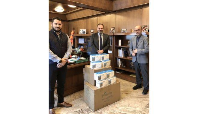 Ο Γενικός Γραμματέας του Δήμου Αθηναίων, Αλέξανδρος Τσιατσιάμης, με τον Γιάννη Ρούντο, Διευθυντή και τον Νικόλα Αγγελόπουλο, CSR specialist του Τομέα Εταιρικών Υποθέσεων και Υπευθυνότητας της INTERAMERICAN, κατά την παράδοση του υγειονομικού υλικού.