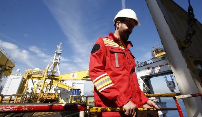 Εργάτης στο τουρκικό σκάφος εξορύξεων 'Conquerer' που επιχειρεί στα ανοιχτά της Αττάλειας