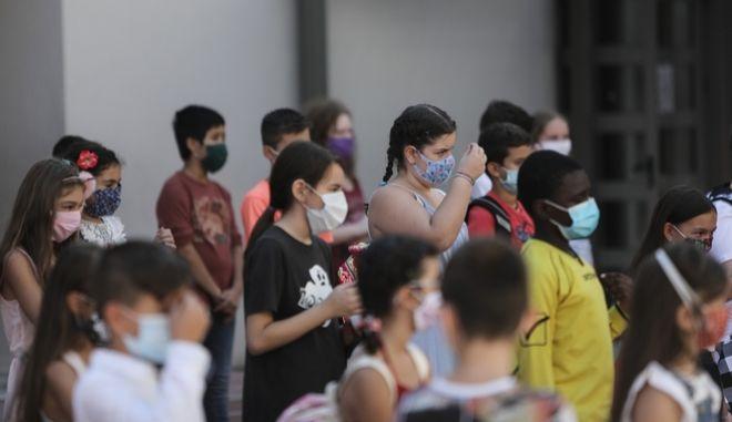 Ανοίγουν τα σχολεία τη Δευτέρα υπό το φόβο της εκτόξευσης των κρουσμάτων - Πότε θα κλείνει ένα τμήμα