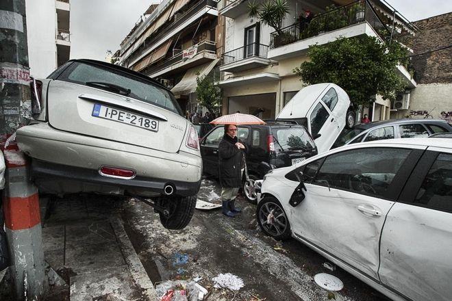 Απίστευτες εικόνες: Τους παρέσυρε το ρέμα στον Πειραιά. Καταστροφές σε αυτοκίνητα και καταστήματα
