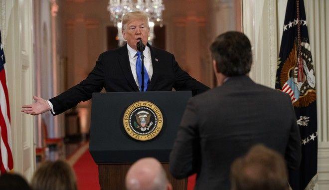 Ο Αμερικανός πρόεδρος Ντόναλντ Τραμπ απαντάει σε ερώτηση του δημοσιογράφου Τζιμ Ακόστα του CNN στον Λευκό Οίκο
