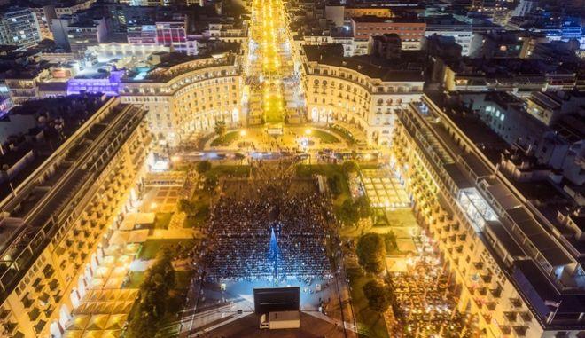 Η πλατεία Αριστοτέλους μεταμορφώθηκε σε θερινό σινεμά.
