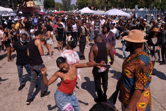 Ανθρωποι κατά τη διάρκεια των εορτασμών της 19ης Ιουνίου στις ΗΠΑ.