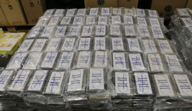 Τα δέματα με την κοκαϊνη που κατέσχεσαν οι αρχές.