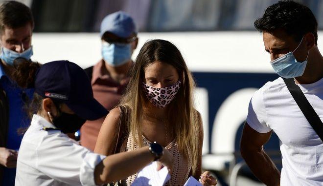 Τουρίστες με μάσκα στο λιμάνι του Πειραιά