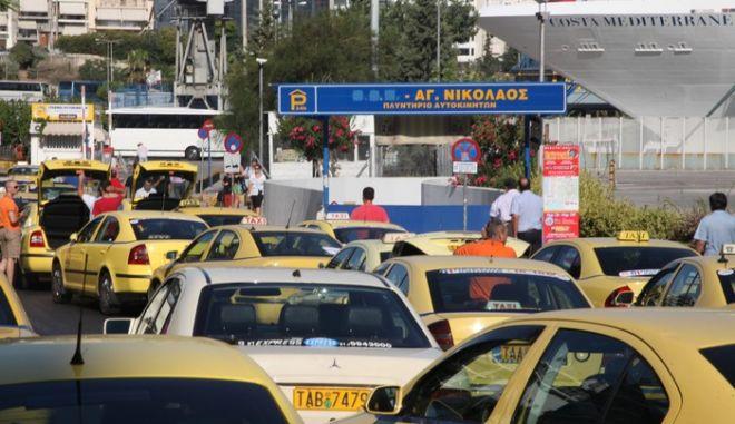 Στιγμιότυπο από τον αποκλεισμό των ιδιοκτητών ΤΑΞΙ σρο λιμάνι του Πειραιά.Ο κλάδος των αυτοκινητιστών ΤΑΞΙ πραγματοποιεί 48ωρη απεργία,διαμαρτυρόμενος για την απελευθέρωση του επαγγέλματος,Δευτέρα 18 Ιουλίου 2011 (EUROKINISSI/ ΓΙΑΝΝΗΣ ΠΑΝΑΓΟΠΟΥΛΟΣ)