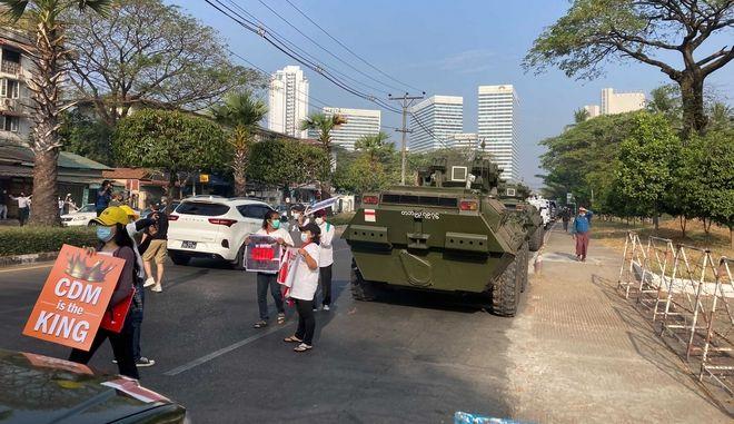 Στρατός και διαδηλωτές στη Μιανμάρ.