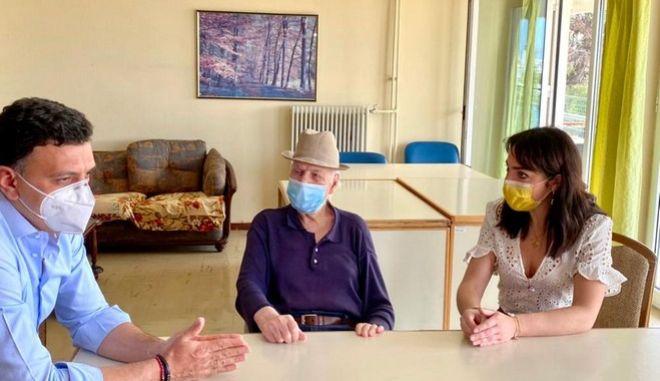 Κορονοϊός: Tον πρώτο εμβολιασθέντα συνάντησαν Κικίλιας-Μιχαηλίδου