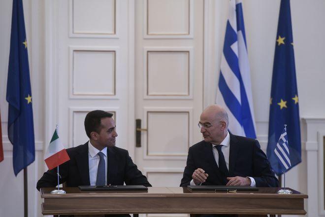 Η υπογραφή της συμφωνίας από τους ΥΠΕΞ Ελλάδας και Ιταλίας