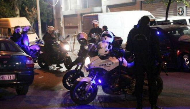 Θαμώνες μπαρ επιτέθηκαν σε αστυνομικούς στο Ρέθυμνο