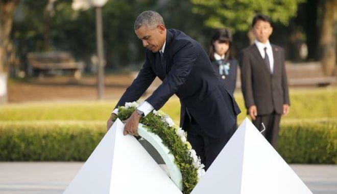 Ιστορική επίσκεψη Ομπάμα στη Χιροσίμα: Κατέθεσε στεφάνι στο κενοτάφιο