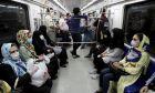 Άνθρωποι σε μετρό της Τεχεράνης με μάσκες για τον κορονοϊό