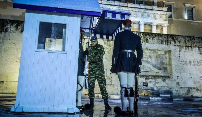 Η αλλάγή της φρουράς στο μνημείο του 'Αγνωστου στρατιώτη