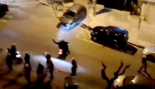 Αστυνομικός διακρίνεται να κρατά αντικείμενο που μοιάζει με όπλο
