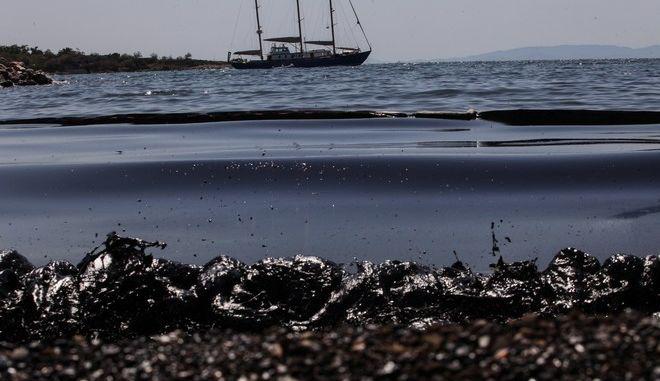 Απορρύπανση της θαλάσσιας περιοχής στον Αγιο Κοσμά. Πέμπτη 14 Σεπτέμβρη 2017. (EUROKINISSI / ΓΙΑΝΝΗΣ ΠΑΝΑΓΟΠΟΥΛΟΣ)
