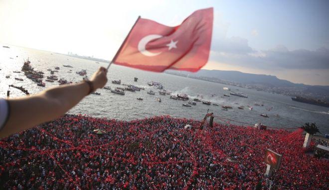 Δεκάδες χιλιάδες Τούρκοι εξέφρασαν τη στήριξή τους στον Μουχαρέμ Ιντζέ, τον βασικό αντίπαλο για την προεδρία του απερχόμενου Ρετζέπ Ταγίπ Ερντογάν