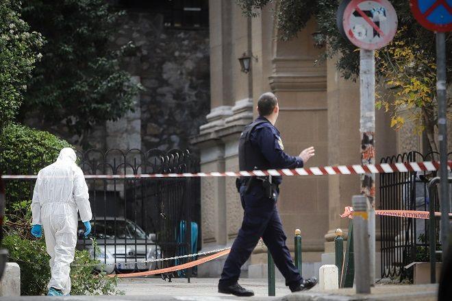 Αυτοσχέδιος εκρηκτικός μηχανισμός εξερράγη νωρίς το πρωί έξω από την εκκλησία του Αγίου Διονυσίου στην οδό Σκουφά στο Κολωνάκι. Από την έκρηξη τραυματίστηκαν ελαφρά ένας αστυνομικός και ένας πολίτης.