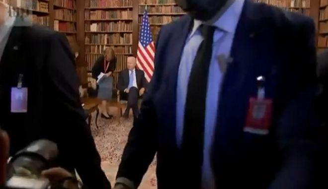 Εικόνα από τον χαμό που προκλήθηκε από δημοσιογράφους κατά τη συνάντηση Μπάιντεν-Πούτιν