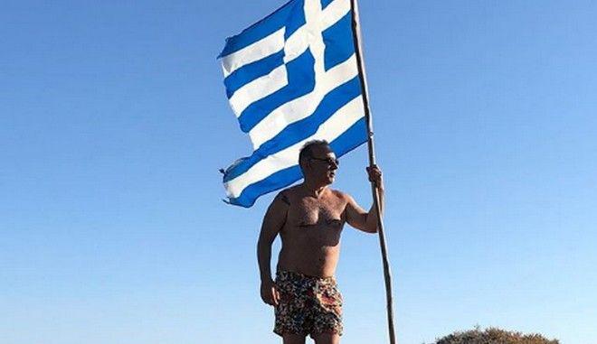Ο Σεργουλόπουλος, η σημαία και η οργισμένη απάντηση σε χρήστη στο instagram